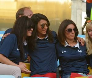 Les femmes des Bleus prennent du bon temps lors du match de l'équipe de France contre l'Equateur au Mondial 2014, le 25 juin 2014