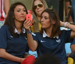 Selfie pour deux femmes de Bleus lors du match de l'équipe de France contre l'Equateur au Mondial 2014, le 25 juin 2014