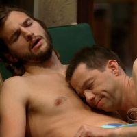 Ashton Kutcher marié à un homme... dans Mon Oncle Charlie ?