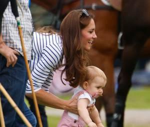 Kate Middleton : le Prince George fait ses premiers pas au match de polo du Prince William pour la fête des pères, le 15 juin 2014