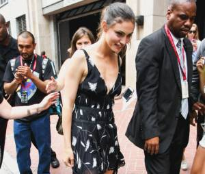 Phoebe Tonkin tombe au Comic Con 2014 le 25 juillet 2014