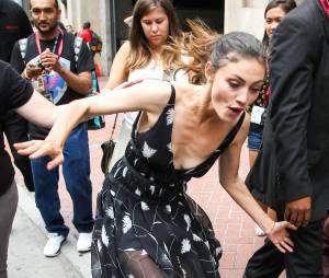 Phoebe Tonkin chute au Comic Con le 25 juillet 2014