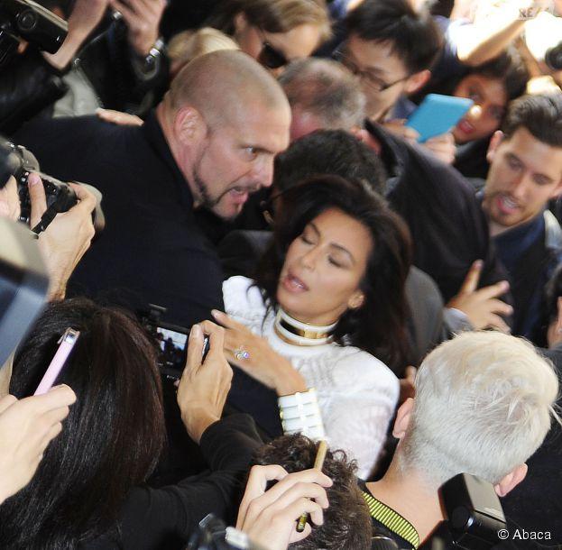 Kim Kardashian bousculée pendant la Fashion Week, le 25 septembre 2014 à Paris