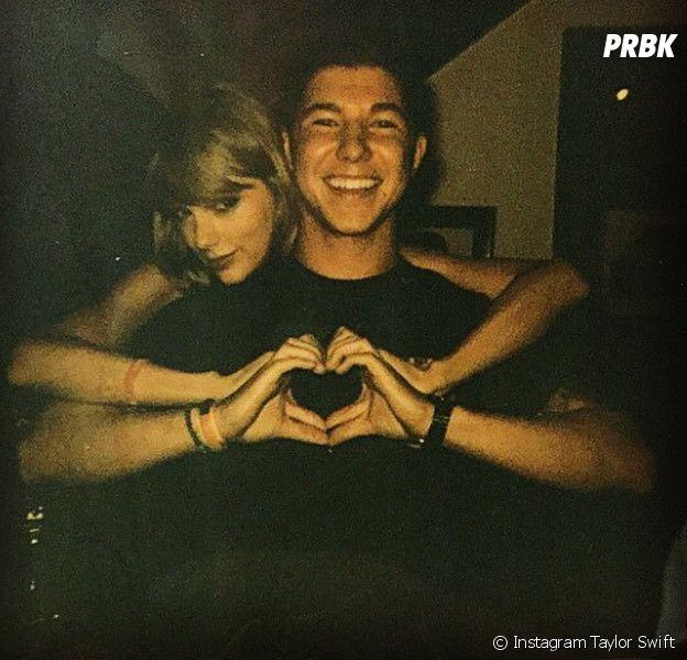 Taylor Swift avec l'un de ses fans lors d'une session privée de son nouvel album, le 5 octobre 2014