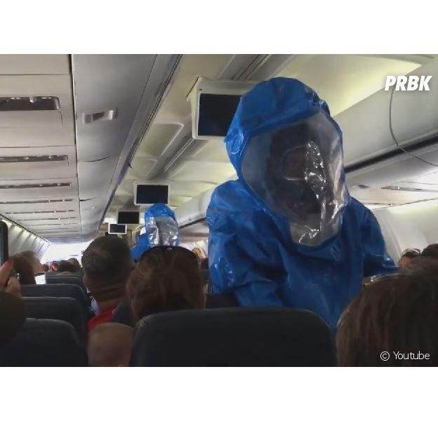 Une équipe d'intervention envahit un avion de l'US Airways après qu'un voyageur a crié être atteint du virus Ebola, le 8 octobre 2014