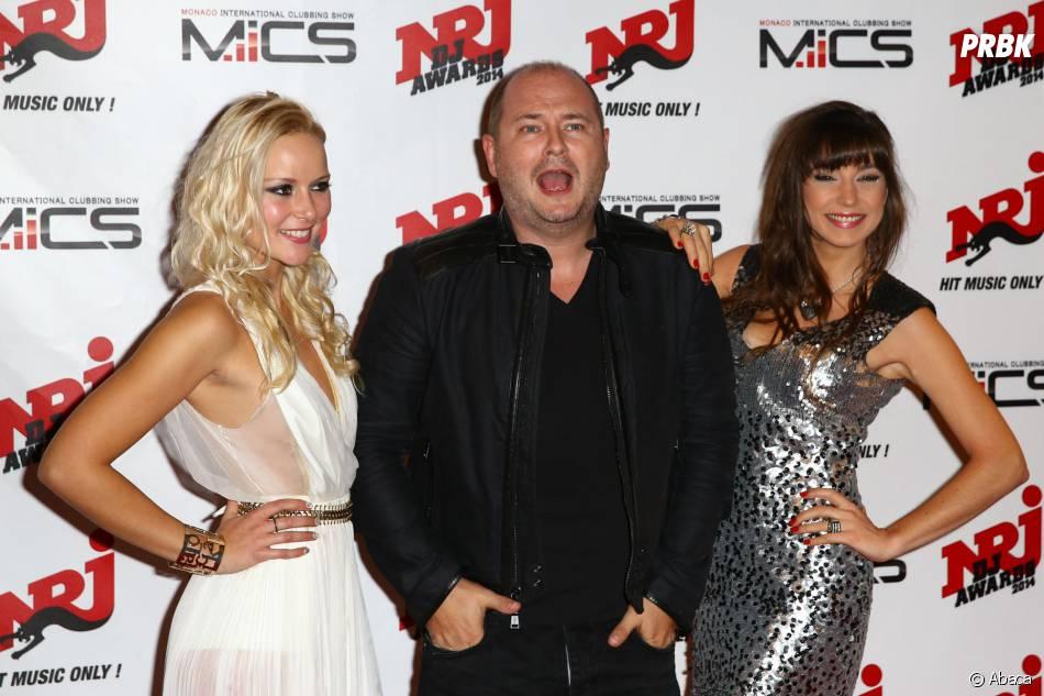 Cauet entouré de Naomie K et DJ Oriska à la cérémonie des NRJ DJ Awards 2014 à Monaco, le 12 novembre 2014