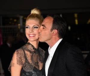 Nikos Aliagas embrasse sa femme Tina aux NRJ Music Awards, le 13 décembre 2014 à Cannes