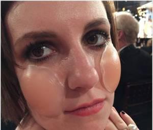 Lena Dunham porte ses cache-tétons sur son visage, le 11 janvier 2015 aux Golden Globes