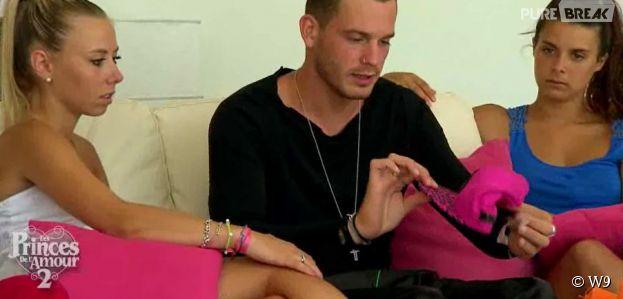 Les Princes de l'amour 2 : Raphaël reçoit une casquette en cadeau dans l'épisode 57 du 26 janvier 2015, sur W9