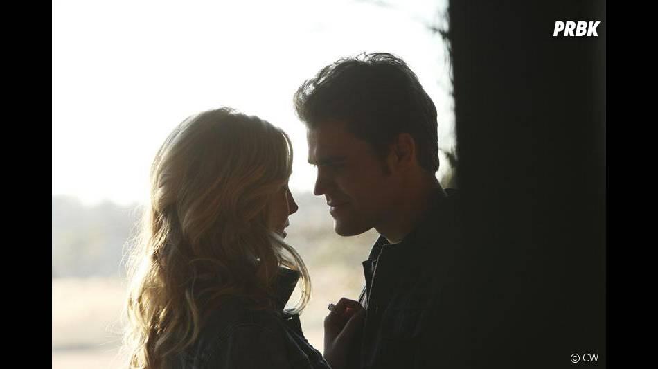 The Vampire Diaries saison 6, épisode 14 : Candice Accola (Caroline) et Paul Wesley (Stefan) très proches sur une photo