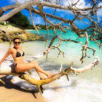 """Eve Angeli exhibe ses seins à la plage : """"J'assume le topless"""""""