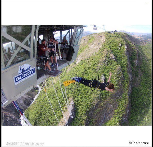 Nina Dobrev en plein saut à l'élastique en Nouvelle-Zélande