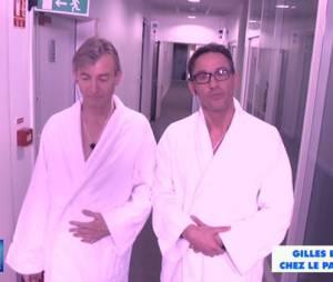 Julien Courbet et Gilles Verdez en peignoir devant le bureau du patron de D8