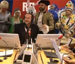 Philippe Corbé entouré par les amis costumés de Bruno Guillon sur RTL, le 18 février 2015
