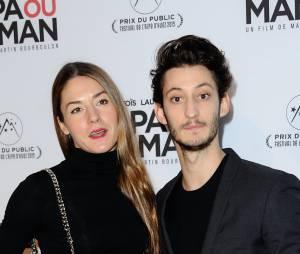 Pierre Niney et sa petite-amie Natasha Andrews à l'avant-première de Papa ou Maman, le 26 janvier 2015 à Paris