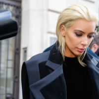 Kim Kardashian blonde platine : son nouveau look étonnant pour la fashion week de Paris !