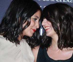 Leila Bekhti et Géraldine Nakache, amis complices sur le tapis rouge des Globes de Cristal, février 2012