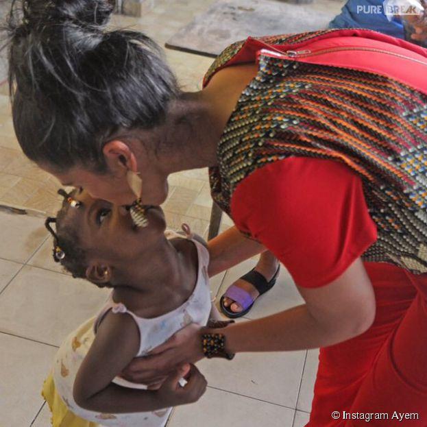 Ayem heureuse sur un cliché pris lors de son dernier voyage au Gabon