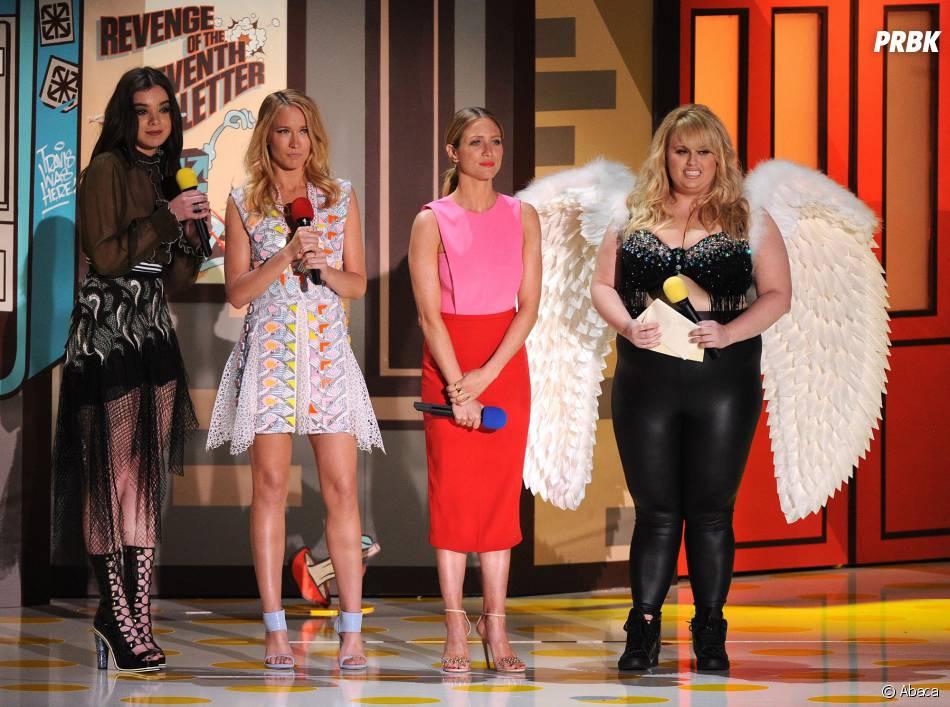 Britanny Snow, Hailee Steinfeld, Anna Camp et Rebel Wilson sur la scène des MTV Movie Awards 2015 à Los Angeles, le 12 avril 2015