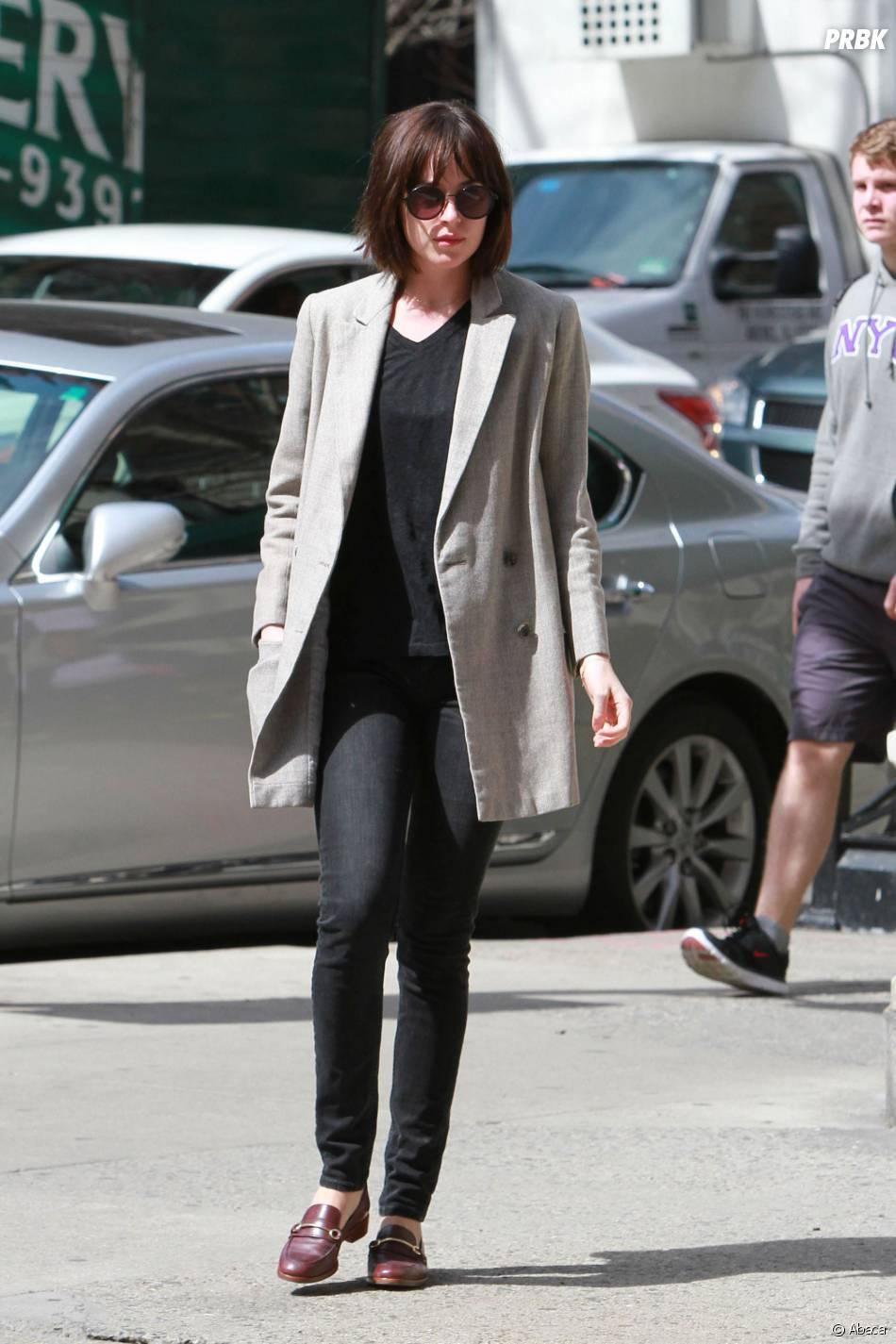 Dakota Johnson aperçue avec une nouvelle coupe de cheveux, à New York, le 15 avril 2015