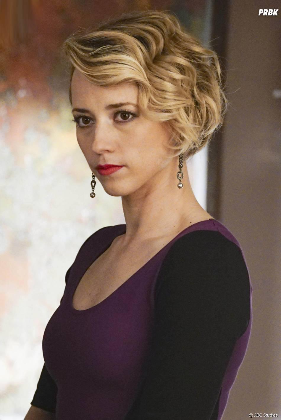 Revenge saison 4, épisode 20 : Karine Vanasse sur une photo