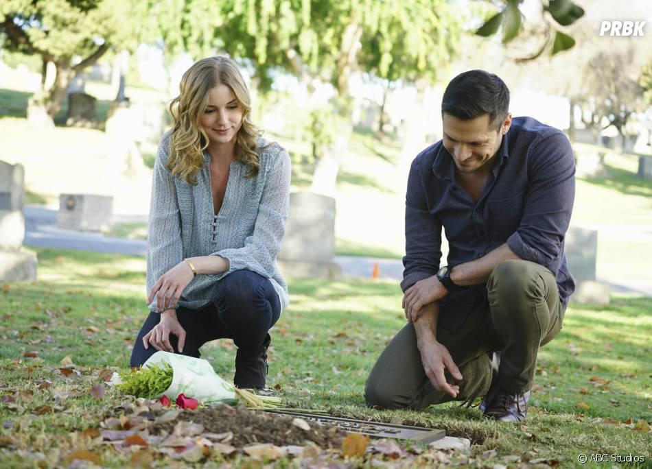 Revenge saison 4, épisode 20 : Emily VanCamp et Nick Wechsler sur une photo