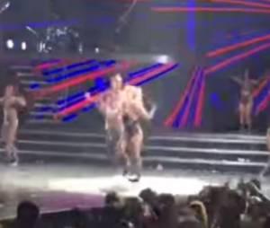 Britney Spears se fait mal à la cheville en plein concert