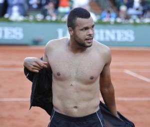 Jo Wilfried Tsonga gagnant et torse-nu lors des quart de finale de Roland Garros le 2 juin 2015