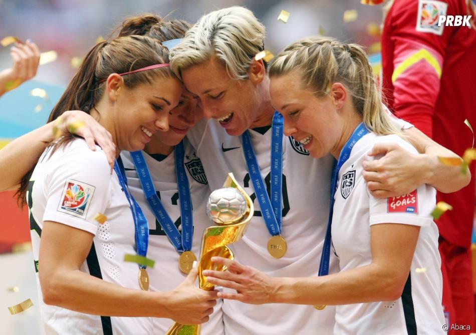 Trois joueuses des Etats-Unis avec la Coupe du Monde, le 5 juillet 2015