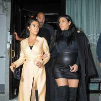 Kim Kardashian enceinte : la future maman ose la mini jupe en cuir