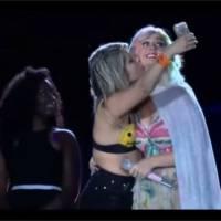 Katy Perry : une fan débarque sur scène.. et la tripote pendant son concert