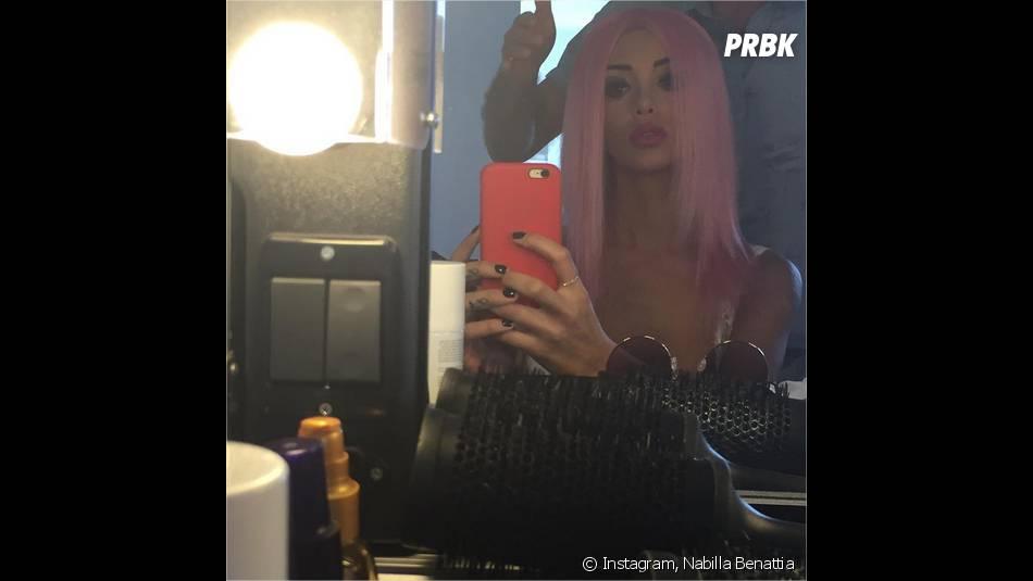Nabilla Benattia dévoile ses cheveux roses pour un nouveau projet