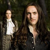 Versailles : à quoi ressemblent les acteurs George Blagden et Alexander Vlahos sans perruques ?