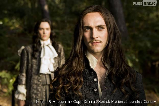 George Blagden et Alexander Vlahos transformés pour jouer Louis XIV et son frère dans Versailles, sur Canal+