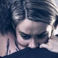 Divergente 3 : Tris et Four enlacés sur deux affiches inquiétantes