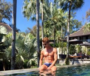 Benoît Dubois sexy et torse nu au bord de la piscine, sur Twitter
