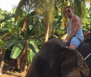 Benoît Dubois sur un dos d'éléphant, en Thaîlande