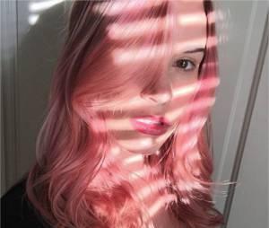 Christa B. Allen et ses cheveux roses : Charlotte de Revenge a bien changé !