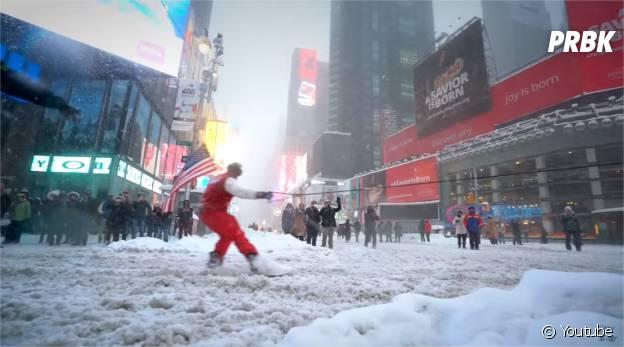 Le Youtuber Casey Neistat fait du snowboard dans les rues de New-York, le 23 janvier 2016