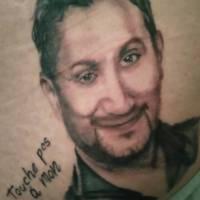 Cyril Hanouna : un fan se fait (vraiment) tatouer son portrait... sur la fesse