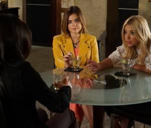 Pretty Little Liars saison 6, épisode 16 : Aria (Lucy Hale) et Hanna (Ashley Benson) sur une photo