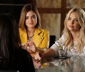 Pretty Little Liars saison 6, épisode 16 : Lucy Hale et Ashley Benson sur une photo