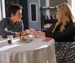 Pretty Little Liars saison 6, épisode 17 : Dr Rollilns (Huw Collins) et Alison (Sasha Pieterse) sur une photo