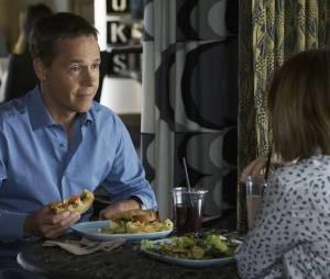 Pretty Little Liars saison 6, épisode 17 : Byron (Chad Lowe) sur une photo