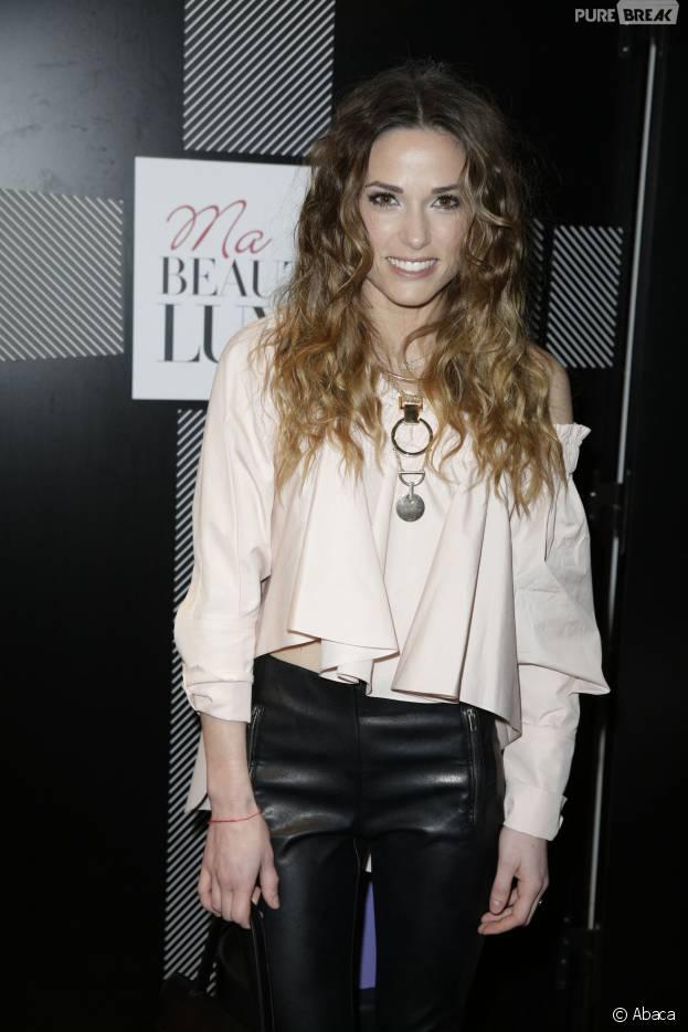 Capucine Anav glamour et souriante pour la soirée de lancement du site Ma Beauté Luxe, à Paris, le 16 mars 2016