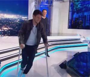 Rayane Bensetti blessé et en béquilles dans l'Hebdo Show sur TF1 le 29 avril 2016