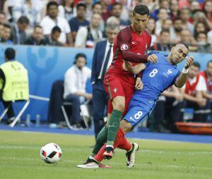 Dimitri Payet blesse Cristiano Ronaldo pendant la finale de l'Euro 2016
