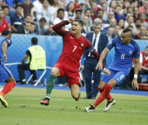 Dimitri Payet et Cristiano Ronaldo pendant le match France-Portugal