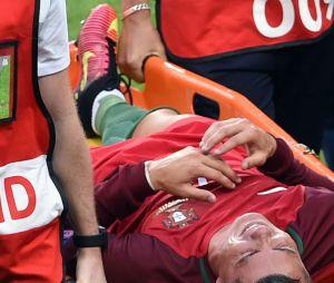 Cristiano Ronaldo sur une civière après le choc avec Dimitri Payet
