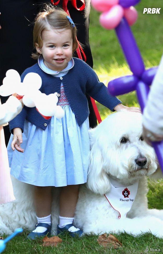 La Princesse Charlotte pose avec un chien au Canada le 30 septembre 2016